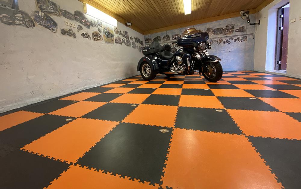 Oranžová garáž, Česko